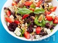 Зелена салата с ягоди, синьо сирене и орехи
